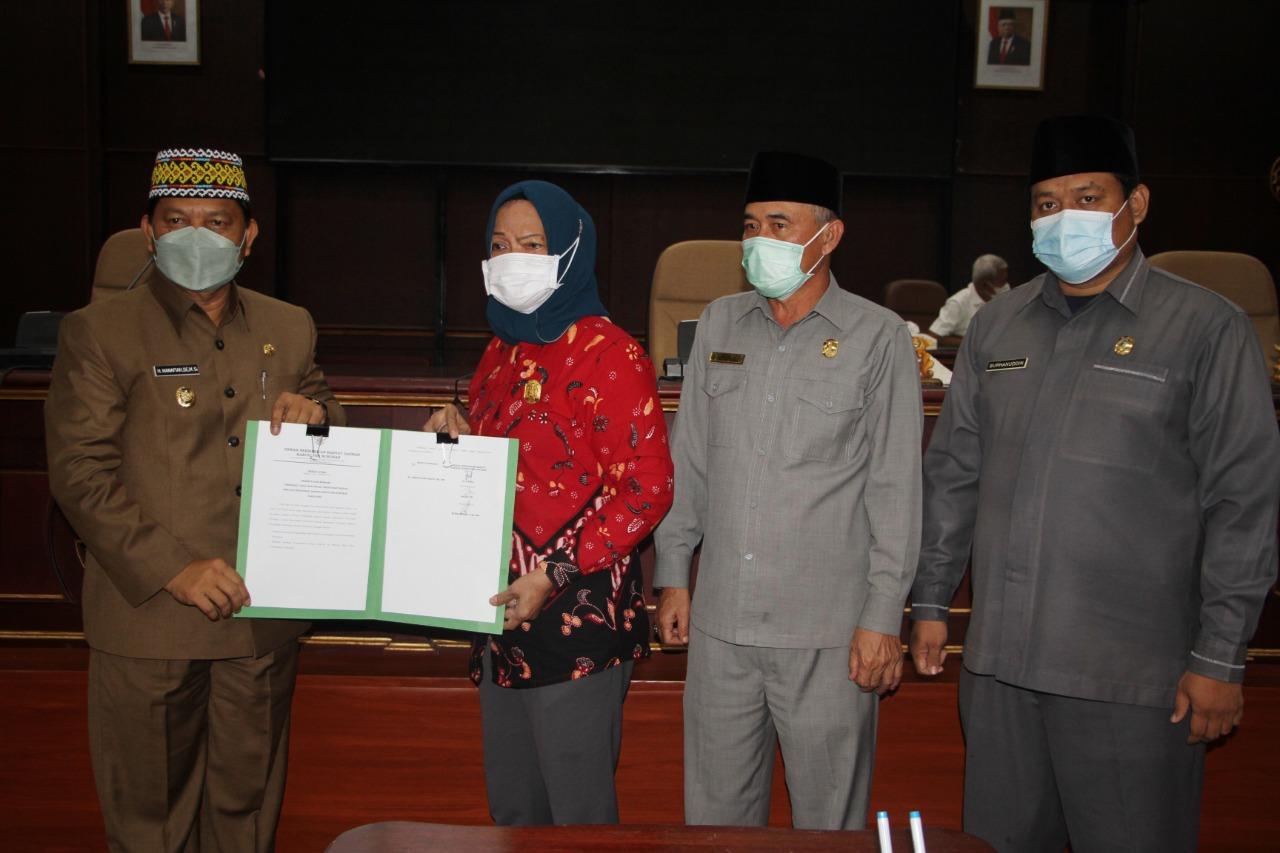 Unsur Pimpinan DPRD dan Wakil Bupati Nunukan usai menandatangani Berita Acara Produk Hukum Daerah.